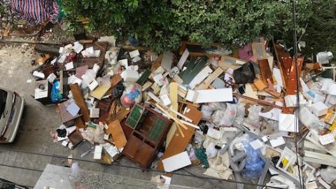 夏令热线|小区垃圾堆积成山 占路扬尘样样扰民