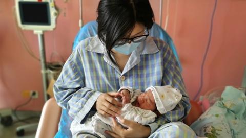 """在隔离产房诞下宝宝 她给孩子取名""""安宸"""" 寓意""""宸启东方"""""""