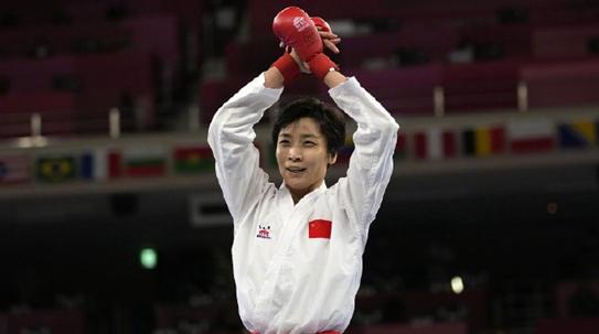 从排球少女到空手道一姐,尹笑言为中国夺下奥运空手道银牌