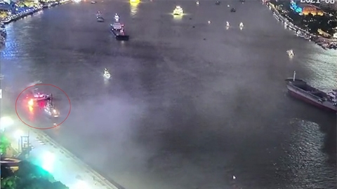 白玉兰码头游艇突燃大火 上海民警10分钟救起11人