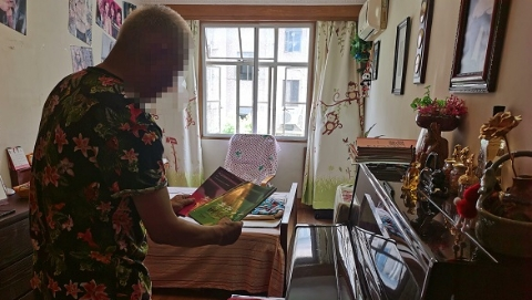 """夏令热线丨七旬老人在家弹琴 遭邻居贴条敲锣""""对抗"""" 老人:弹琴犯法吗?邻居:琴声如木鱼"""
