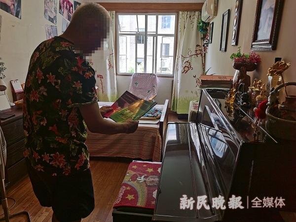 王先生展示老年大学琴谱 金旻矣摄_极速看图.jpg