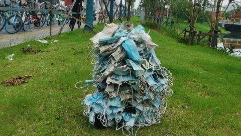 上海一地铁出口一个多小时内捡到367个废弃口罩……随手一丢的人里,有你吗?