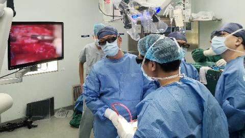 患者椎管内潜藏巨大肿瘤 龙华医院骨伤科团队精心治疗除隐患