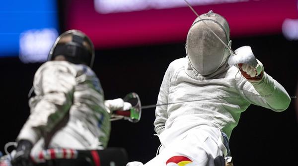 """""""轮椅剑客""""一剑豪情!上海选手李豪夺本届残奥会中国代表团首金"""