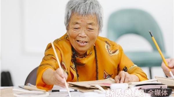 让日常生活美起来丨人生重新出发!74岁学画画,76岁办个展,阿籽奶奶绘出美好生活