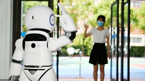 开学前,校园里一群机器人先忙了起来