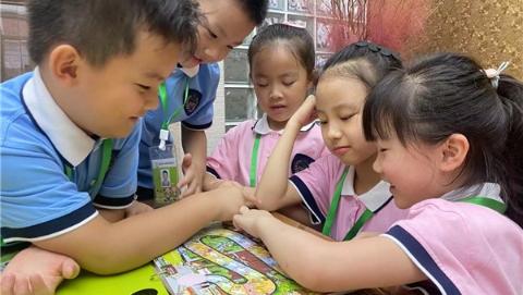 """幼升小不习惯?这所小学准备了""""登机牌""""和可以下一个月的""""飞行棋"""""""