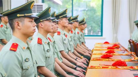 又是一年退伍季:老兵告别武警旗,奔赴全新战场