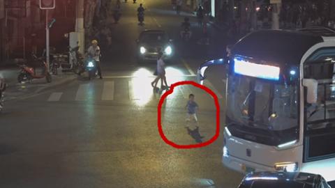 """2岁幼童""""历险记"""":出公园、穿路口、进餐馆,警方提醒""""遛娃""""要当心"""