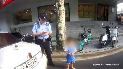 """三岁男童光脚""""闯天涯"""",幸遇热心阿婆和警察蜀黍"""