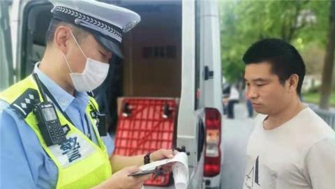 小长假将至,上海交警集中查处各类交通违法,安全带加装报警装置,不系不出站