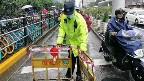 全力应对台风天早高峰 杨浦警方消除安全隐患