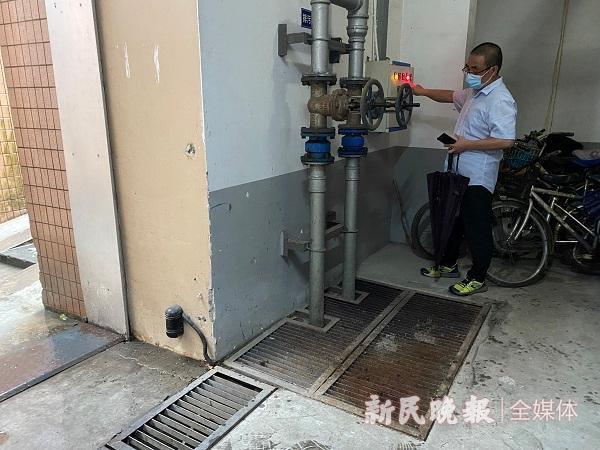 馨宁公寓工作人员调试地势下排污泵.JPG