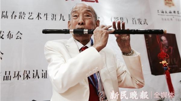 """""""笛王""""陆春龄百岁诞辰之际,他的子女捐出了125件艺术档案"""