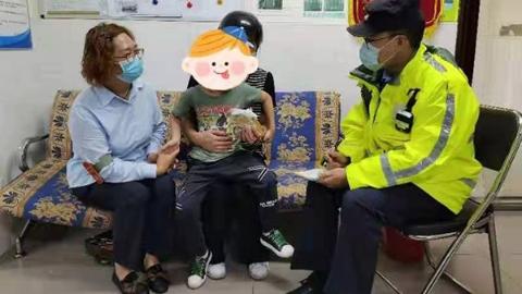 5岁男孩台风天出门玩一个人冲上了公交车,2个派出所的警察叔叔接力找回