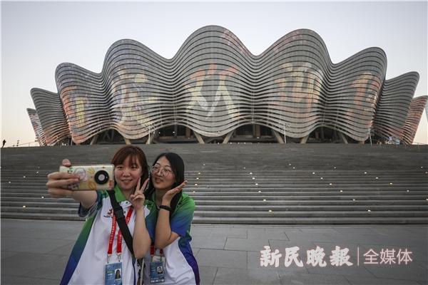 开幕式志愿者在西安奥体中心外合影留念-李铭珅.JPG