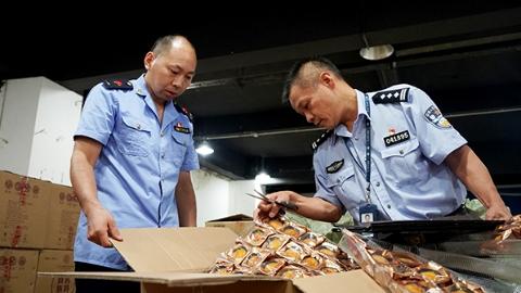 LV月饼遭仿冒!上海警方破获多起制售假冒品牌月饼案,阻止10万余枚劣质月饼流入市场