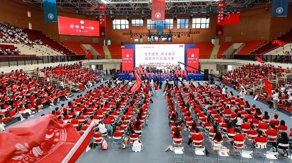 """从""""他们""""到""""我们"""" 上海财大新生第一堂思政课聊理想与责任"""