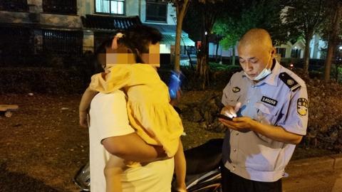 女童迷路 警民接力大手牵小手助其找家人
