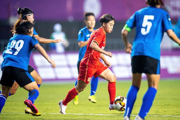 联合队球员王霜(右二)在比赛中带球突破-新华社downLoad-20210924081037_副本.jpg