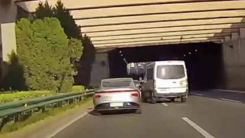 """昨天五洲大道:面包车疯狂""""别车""""小鹏"""