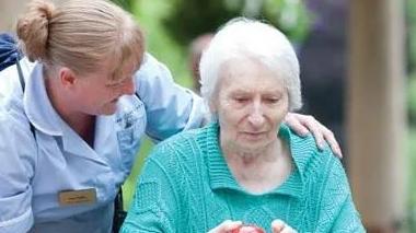 """""""不打疫苗不许工作""""逼走众多护理员,英国养老院再现人手危机"""