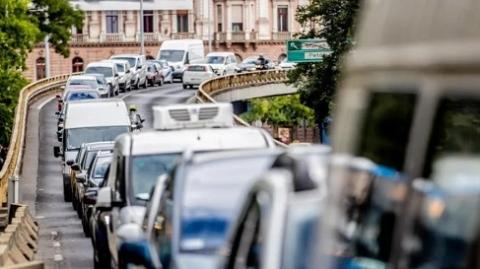 走路比坐车快?!布达佩斯数十万市民每天堵在路上