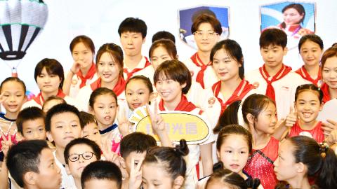 回到母校光启小学,奥运冠军陈芋汐给班主任送上大大的拥抱