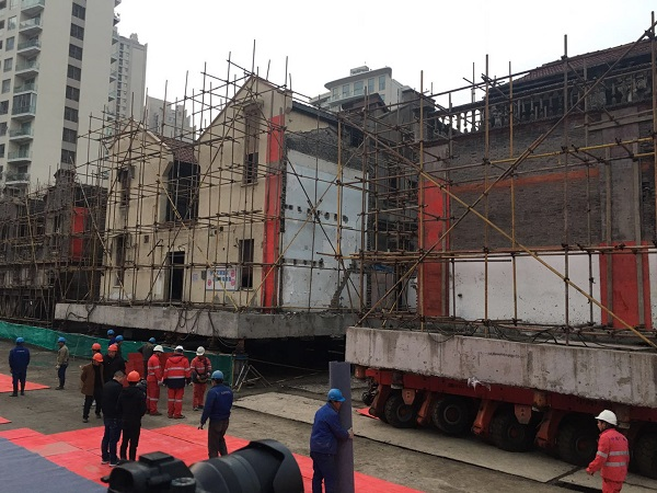 平移工作将近结束 三栋建筑并排陈列.jpg