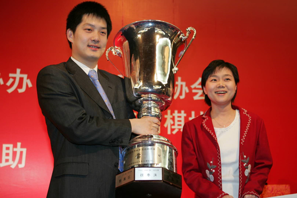 2005年3月,常昊在京夺得第五届应氏杯冠军,常昊和张璇一同领奖_副本.jpg