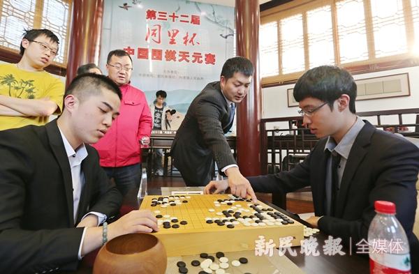 32届同里杯,常昊(中)在与两位棋手复盘-周国强_副本.jpg
