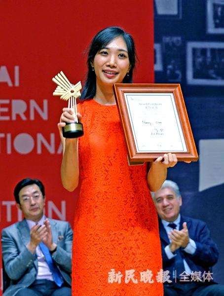 第二届荣获冠军的美国华裔选手周颖在领奖台上-郭新洋_副本.jpg