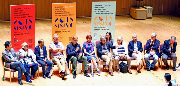 上海国际小提琴比赛的评委们在一起畅谈斯特恩精神-郭新洋_副本.jpg